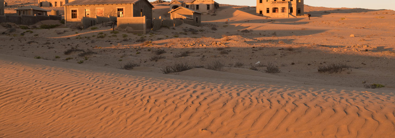 Namibia Rundreise Inmitten von Dünen ragen die Häuser der ehemaligen Bergleute in Kolmanskop
