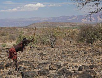 Einheimischer beim jagen am Lake Eyasi während einer Tansania Safari Reise getroffen