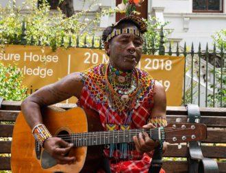 Während einer Kenia Safari Reise einem Sänger im Park von Kapstadt begegnet