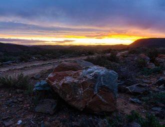 Abendstimmung über den Felsen des Sanbona Game Reserve auf einer Südafrika Safari Reise