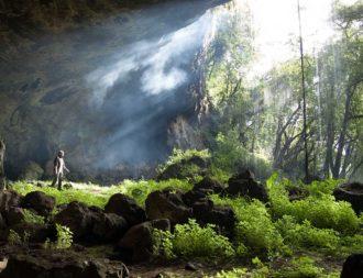 Besuch einer grossen Höhle im Mount Elgon Nationalpark während einer Uganda Safari Reise