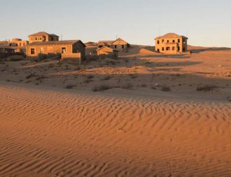 Verlassene Häuser in Kolmanskop während einer Namibia Safari Reise